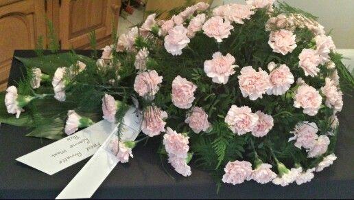 Rouwarrangement roze anjers
