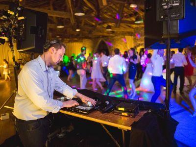 Prestation haut de gamme et programmation musicale fédératrice : les clés d'une soirée de mariage enflammée !