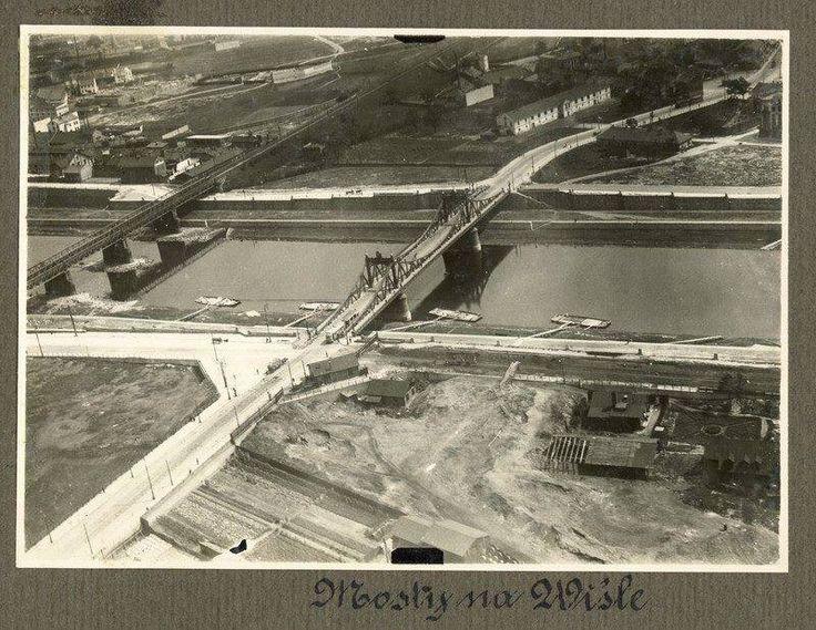 Most Krakusa około 1920 roku z lotu ptaka. Przy brzegu na Wiśle zacumowane galary.