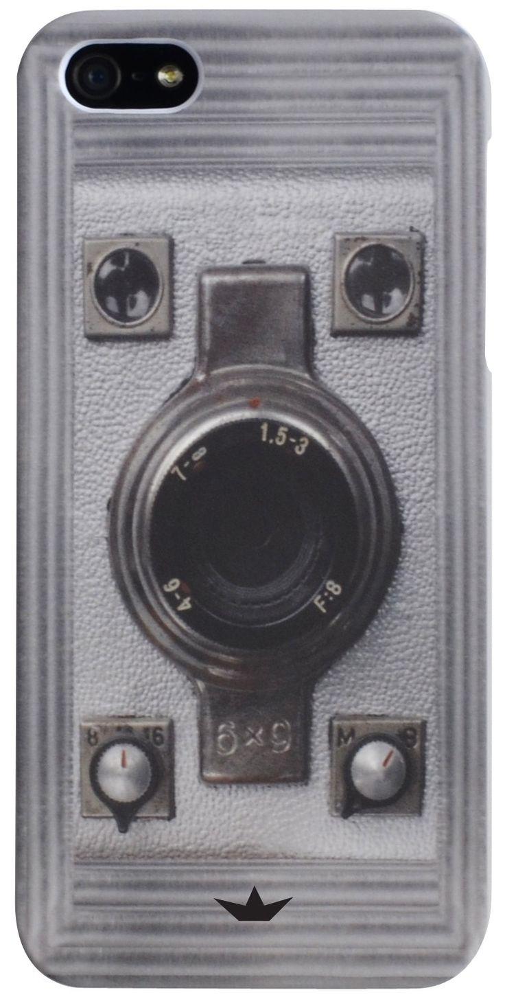 Bescherm je iPhone 5 of 5S goed met deze plastic hardcase. Het beschermhoesje schuif je simpel over je telefoon heen, waardoor hij beschermd blijft tegen krassen en deuken. De plastic hoes heeft een print van een camera op de voorkant staan, waardoor het net lijk alsof je een oude fotocamera vast hebt.   Afmeting: volgt later.. - Hardcase PC Dresz: iPhone 5/5S Camera