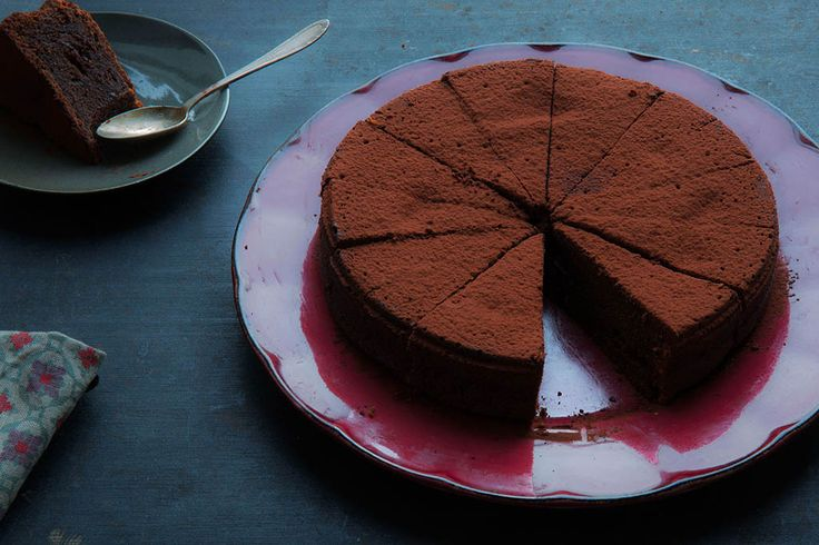 Recipe for easymade heavenly chocolate cake in english at the bottom of this page....