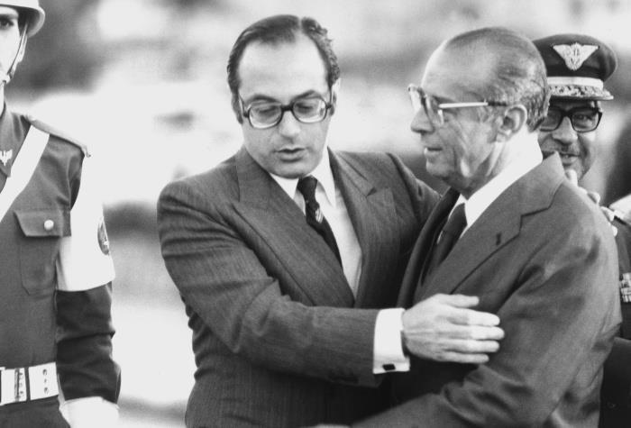 O ex-presidente João Figueiredo é recebido por Paulo Maluf no aeroporto de Congonhas, em São Paulo, quando era governador de São Paulo. 1981