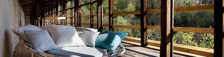 4 Outdoor is een 100% Solution Dyed Acryldoek welke speciaal ontwikkeld is voor buitengebruik.  De 4 Outdoor stoffen zijn voorzien van een specifieke waterafstotende nabehandeling die het doek beschermt tegen vlekken, vetvlekken, vloeistoffen en opspattend zout water of chloorwater. 4 Outdoor is speciaal ontwikkeld om gedurende het hele jaar buiten te worden gebruikt, in de tuin, op een terras of op het dek van een boot.