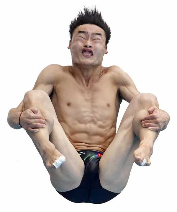 Qin Kai, de China, en pleno salto durante la ronda preliminar masculina en el '14th FINA World Championships'.
