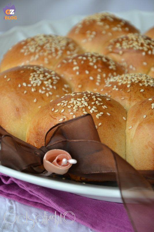 Danubio salato con lievito madre, dei soffici panini semidolci farciti con prosciutto cotto e fontina, a lievitazione naturale.
