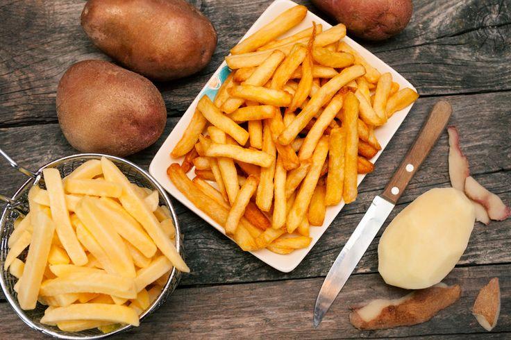 TRUCO - Prepara unas patatas fritas caseras perfectas: Para que nuestras patatas fritas caseras queden estupendas, hemos de asegurar una fritura perfecta, ya sea en sartén o freidora. Para ello, la patata tiene que estar cortada de forma bastante simétrica y quedar totalmente sumergida en el aceite de oliva. Se realiza primero una fritura a fuego medio, para que la patata se cueza por dentro y adquiera una textura suave y melosa. A continuación, retiramos las patatas y subimos el fuego. Una…