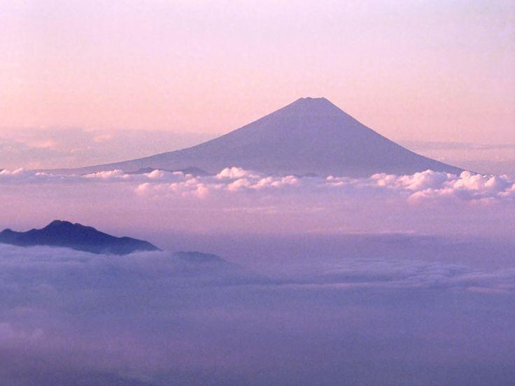八ヶ岳から望む朝焼けの富士山