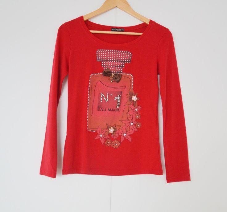 Rood t-shirt met parfum afbeelding Maat: L/XL (valt klein) Shop via https://shop.beautytalk.be/product/t-shirt-rood/
