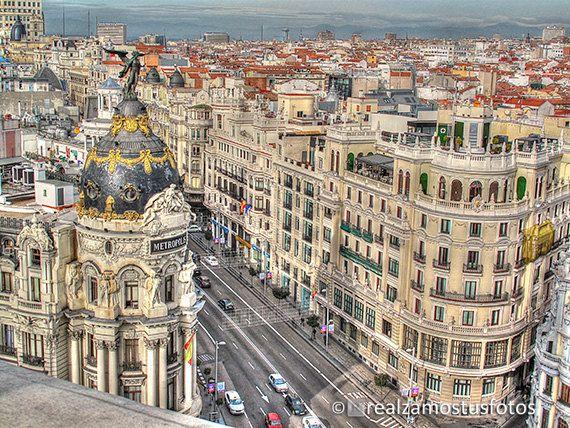 Madrid, España Gran Vía vista del Edificio Metrópolis desde el ático de Edificio Bellas Artes. Navidad en Madrid, Arquitectura, Urbana.