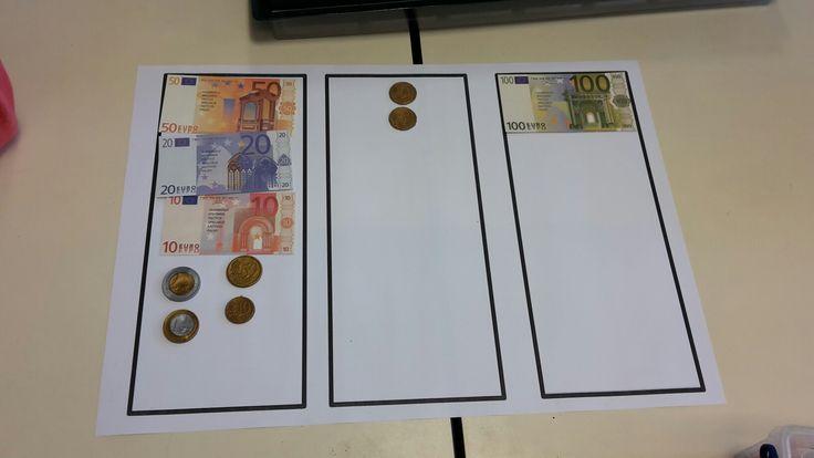 Hoeveel geld moet ik teruggeven? Links het bedrag, rechts hoeveel je krijgt en ik het midden bijleggen. Gezien in het 3e lj.