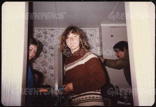 Grace O'Sullivan, crew member on the 'Rainbow Warrior' at a houseparty in 1985.01/01/1985  © Greenpeace / Unknown