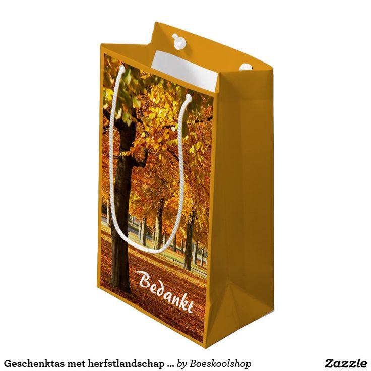 Geschenktas met herfstlandschap in Oldenzaal. Gele kleur is aanpasbaar naar eigen keuze. papieren tassen beschikbaar in diverse maten en soorten. Tekst is verwijderbaar c.q. aanpasbaar qua lettertype, kleur, grootte en locatie!