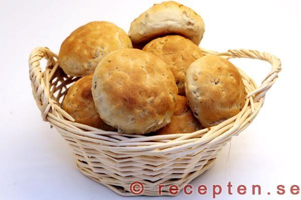 Recept på jättegoda och enkla bröd med solrosfrön. Servera till middag eller som frukostbröd. Beskrivning med bilder steg för steg.