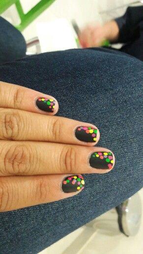 Uñas decoradas con puntos  Uñas negras