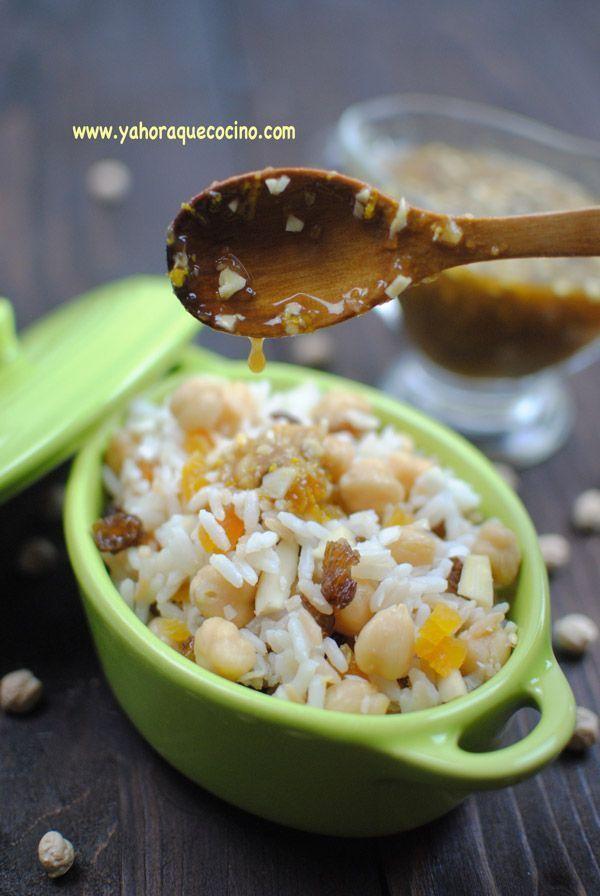 Ensalada de Arroz y Garbanzos, ideal para esos días de calor. Esta ensalada casera, lleva trocitos de orejones, pasas y un aderezo de naranja que te gustará