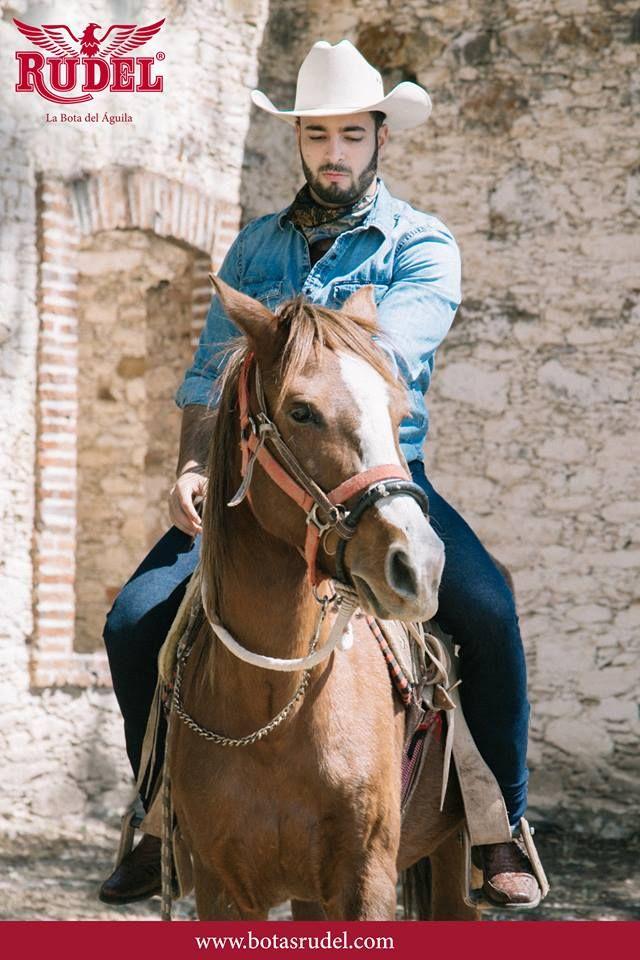 Dirigiendo el camino hacia el que quiero ir ☺.   Caballero Vaquera Urbana Corte Piel G. Cocodrilo Res Bordado Láser Producto Artesanal Fabricado Por Manos Mexicanas.    #Sake #boots #cowboy #western #mineraldepozos #caballero #westernstyle #vaquera #urbana #diadelniño #domingo #paseo #norteño #Sunday #vaquero #ranchwork #rodeostyle #moda #estilo #ranch #photo #pueblomagico #jaripeo #coleadero #mexicomagico #tequila #guanajuato #artesanal #feriadesanmarcos #TradicionRudel.
