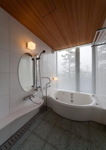専門家:が手掛けた、ガラス張り窓の開放的な浴室(『OK-house』アメリカンブラックチェリーの家)の詳細ページ。新築戸建、リフォーム、リノベーションの事例多数、SUVACO(スバコ)