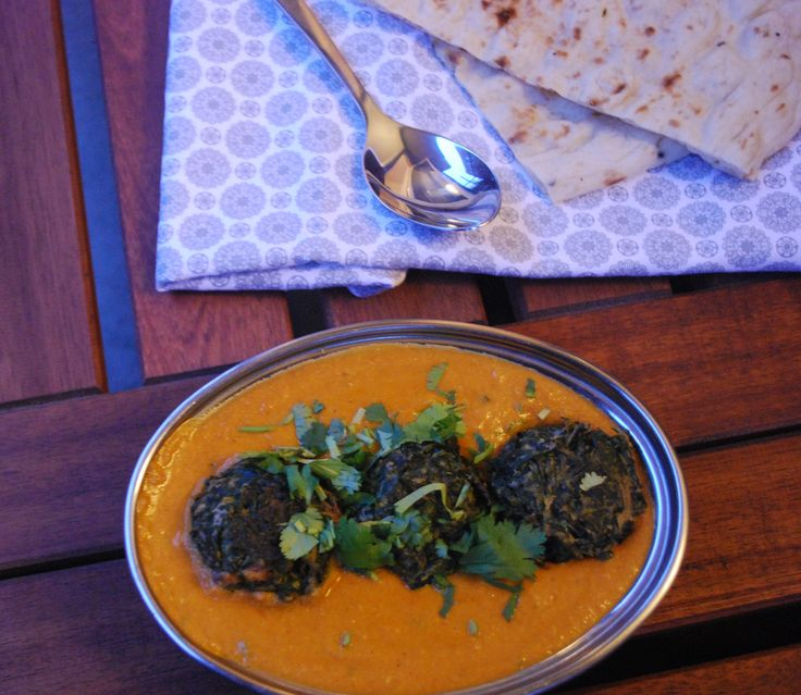 Palak kofta er en fin måte å spise den sunne spinaten på. Denne fristende og nydelige kofta karrien er tilberedt med hakketspinat og kikertmel i deilig tomatbasert gravy. Kofta generelt er fest-mat hos oss. Du kan nesten lage kofta (små boller) av hva du vil. Tidligere har jeg laget kofta av quinoa og nykål. Ingredienser Tid: 40 min (6 porsjoner) Saus – følg denne oppskriften Palak kofta – 250 gram spinat – 1 ts garam masala – 2 fedd hvitløk – raspet – 1 ss raspet ingefær – 15 ss…