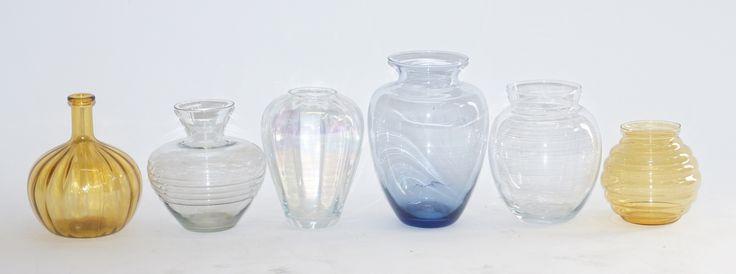 Zes diverse glazen Art deco vazen, w.o. blauw en amberkleurig glas