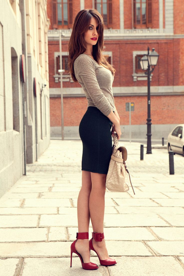 pocas cosas hay tan femeninas y sexis como una falda de tubo, una camiseta sencilla y unos tacones