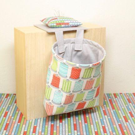 Vi har laget materialpakker til disse praktiske syboss-posene • Materialpakken inneholder stoffer som vist her samt mønster #materialpakke #mønster #syglad #syglede #syrommet #nettbutikk #stoffbutikk #sybutikk #quiltebutikken