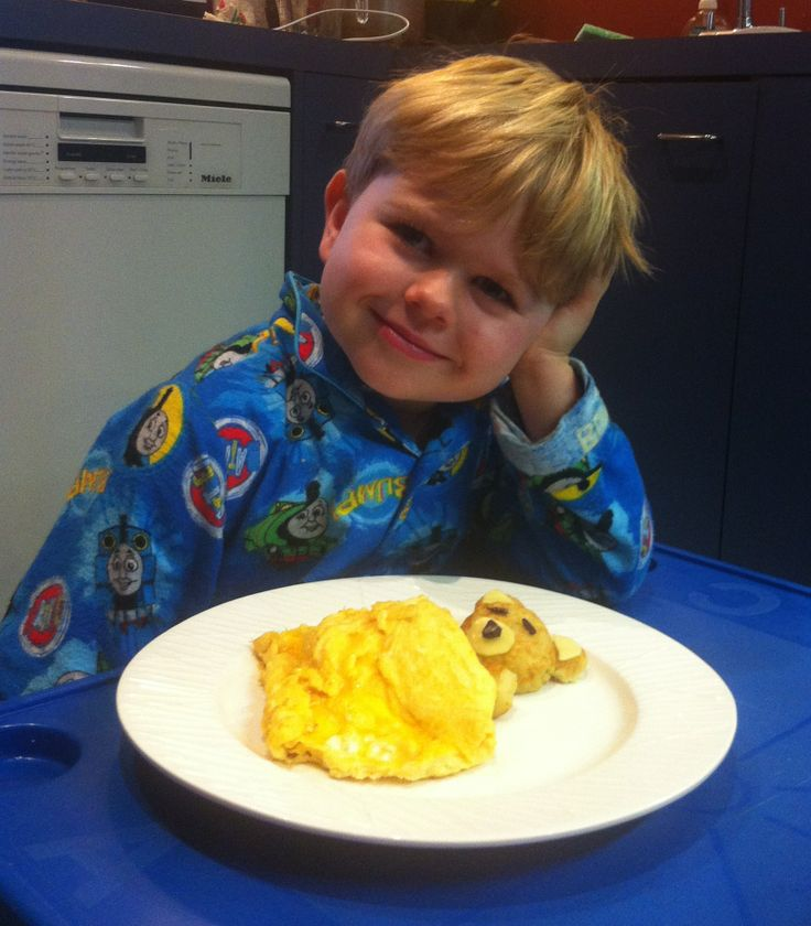 Omelette teddy bear made from hash browns, cheese and omelette with cut olives for eyes and nose. We made the hash browns slightly mushy so we could mould them into rounded shapes for the face, arm and ears.