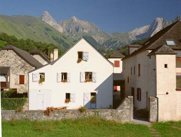 Le gîte maison Despourrins est conçu pour accueillir des individuels (chambres 2/4 pers) les groupes de randonneurs ou amoureux de la nature. Chambre spéciale pour un accueil pèlerins.