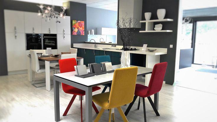 Une photo de notre showroom. Ici une table avec dessus céramique et chaises contemporaines.