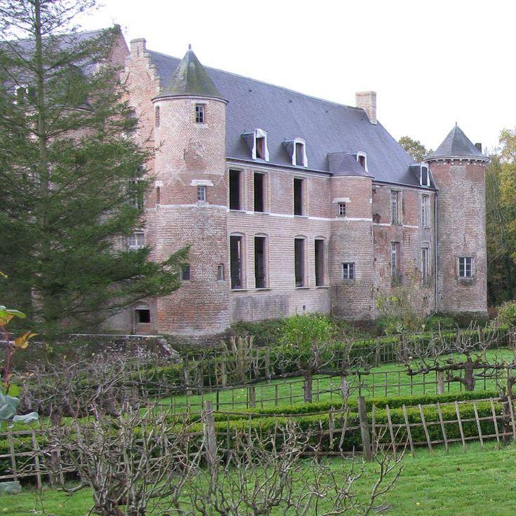 Situé à quelques kms de la frontière belge, le château d'Esquelbecq est construit sur une base médiévale datant probablement du 13°s. Il a été entièrement restauré au début 17°s. La fin du 20°s l'a plus durement touché avec un incendie dans les logis en 1976 et l'effondrement de son donjon en 1984. Cette haute tour au décor soigné et aux formes élancées ressemblait fortement aux beffrois des villes environnantes.