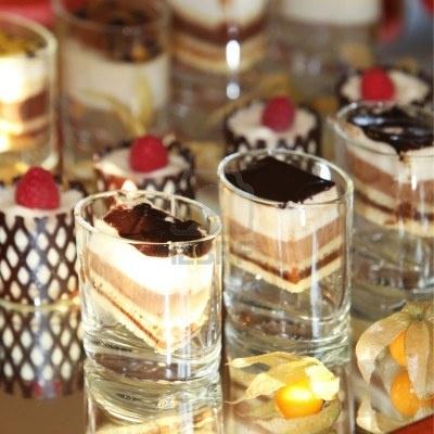 Google Afbeeldingen resultaat voor http://us.123rf.com/400wm/400/400/nini3000/nini30001207/nini3000120700030/14319276-selectie-van-decoratieve-gourmet-desserts-weergegeven-op-een-spiegel-op-een-bruiloft-buffet.jpg