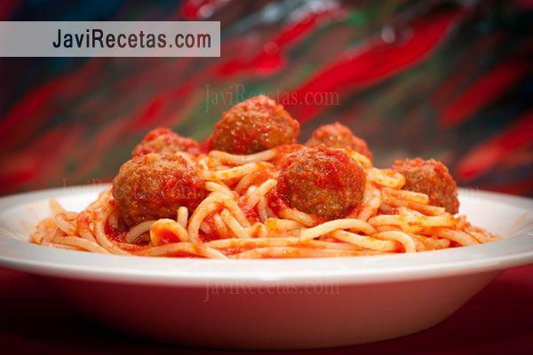 Zámpate mañana estos espaguetis con albóndigas y quédate más a gusto que un arbusto :)  http://www.javirecetas.com/espaguetis-con-albondigas/