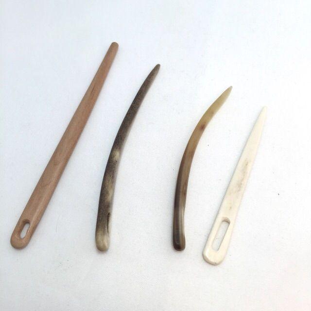 Nålbindningsnålar ie needlebinding needles from wood (made by Gammeldags), bone and horn (made by Hanna Olsson), sold by Stäkets Hantverk & Design @ staketshantverk.com