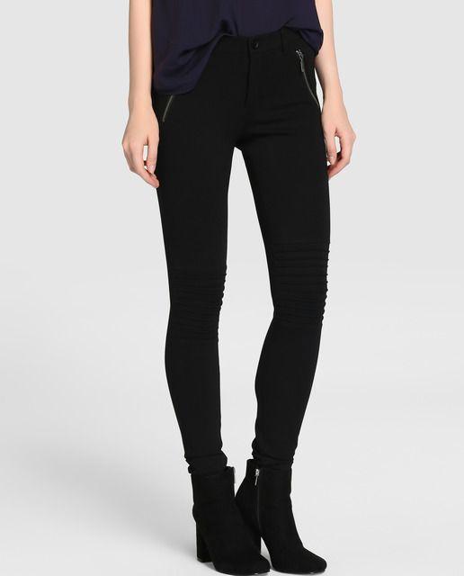 image Ricura en leggings negros en el super mercado