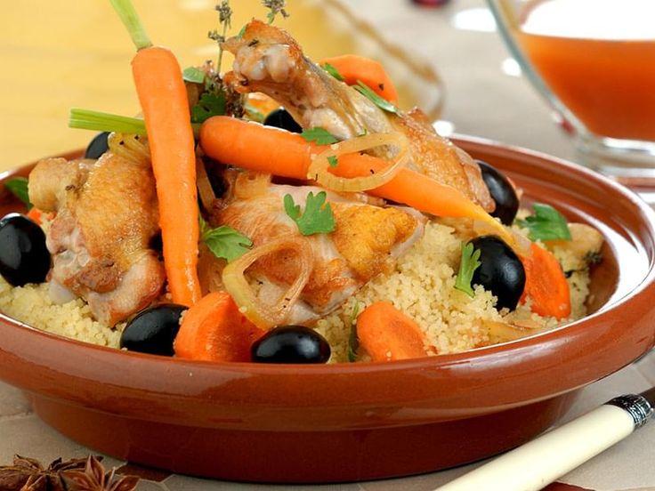 Poulet et légumes cuits lentement au four dans un bouillon épicé. Un plat convivial que m'a fait découvrir une famille marocaine des plus hospitalières à Erfoud, au sud de la chaîne de montagnes du Haut-Atlas.