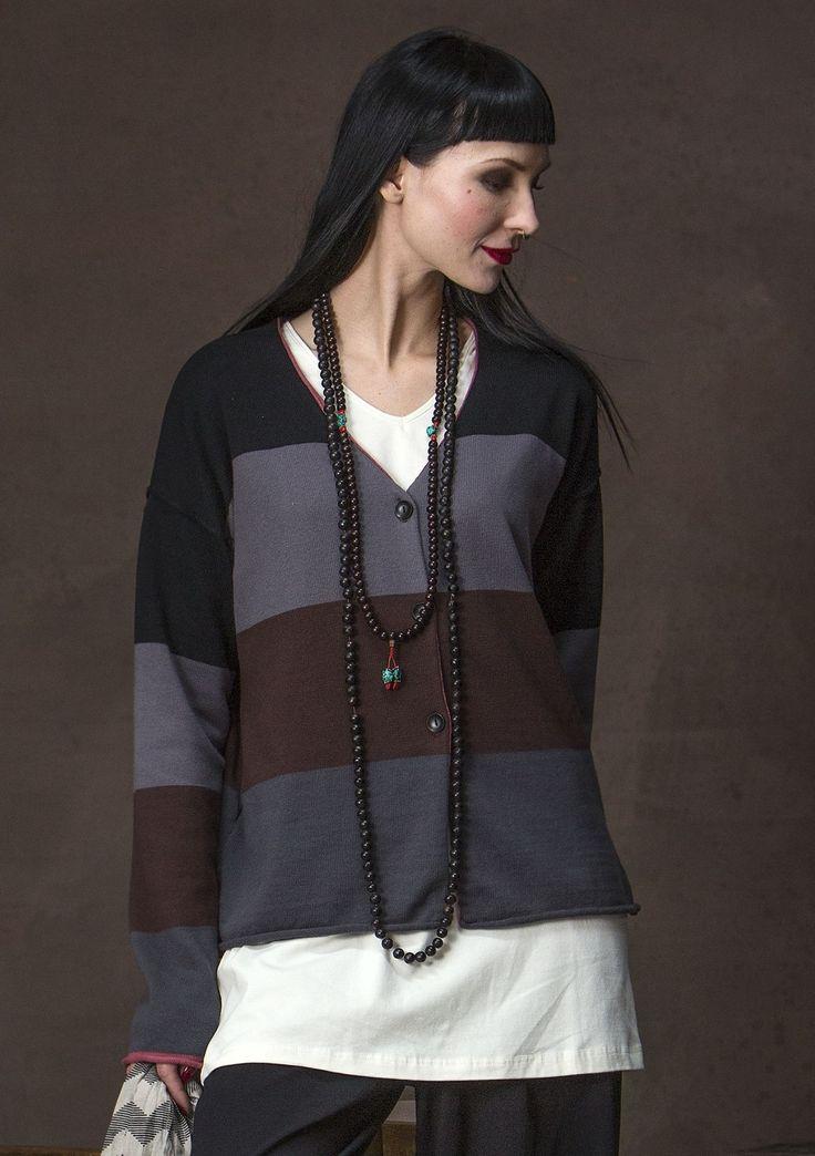 Stickad kofta med lekfulla blockränder i vackra färger. Fina träknappar och praktiska fickor i sidan förgyller koftan som är stickad i en mjuk kvalitet av ekobomull och lite värmande ull.