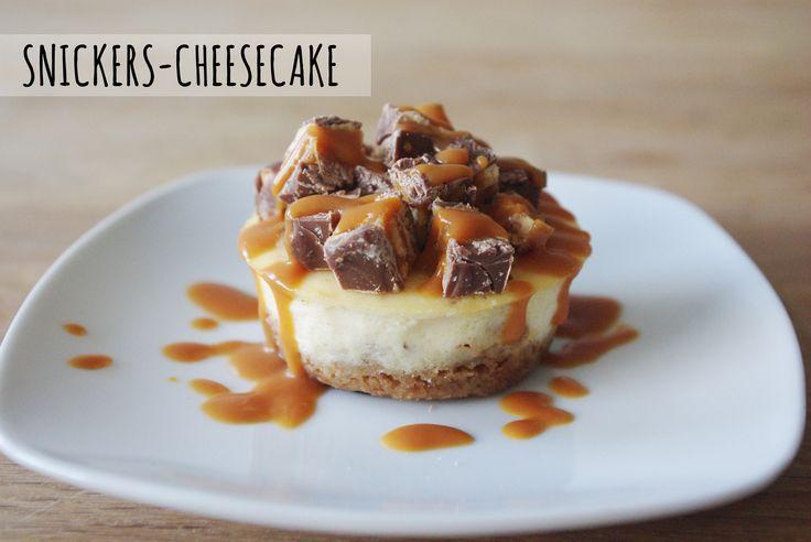 Wir experimentieren sehr gerne mit Käsekuchen, da man ihn in den verschiedensten Geschmacksrichtungen variieren kann. Dieses mal haben wir einfach das New York Cheesecake Grundrezept etwas mit dem beliebten Schokoriegel Snickers aufgepeppt und das Ganzemit einem selbstgemachtem Salted-Caramel beträ