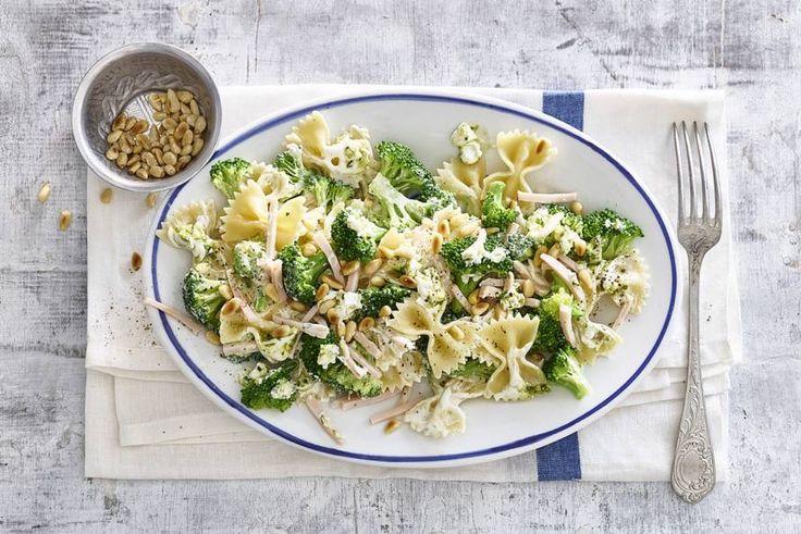 Farfalle met pesto, broccoli en gerookte kipreepjes - Recept - Allerhande