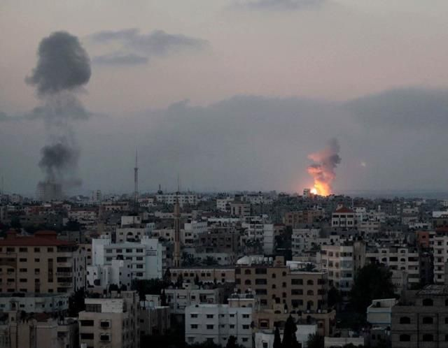 Israel pounds Gaza Strip (© Ashraf Amra/Anadolu Agency/Getty Images)