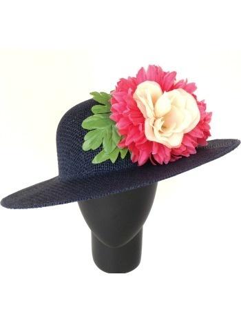 Sombrero de rejilla azul marino con flores. (alquiler 9€, préstamo 9 créditos)