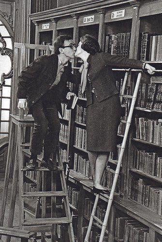"""Libraries are so romantic, all the love stories have a place in them. """"Nada más romántico que una biblioteca, donde caben todas las historias de amor en un sólo lugar."""""""