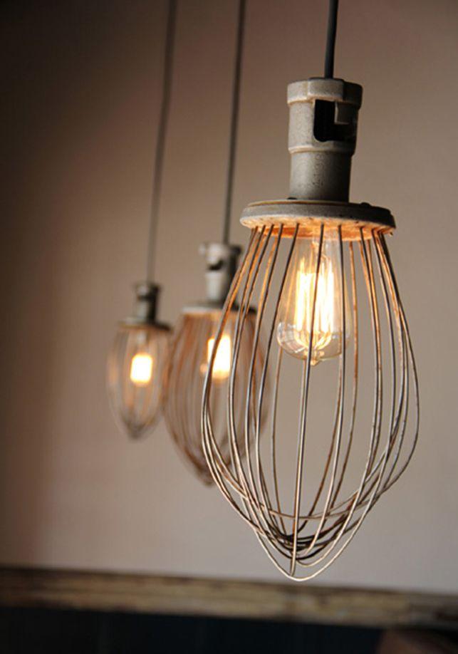 DIY lampe // Det er svært at tro at disse lamper med et råt vintage look tidligere var et piskeris. Billede fra Brooklyntowest.blogspot.dk og du kan se en lille guide hos Junkmarketstyle.com