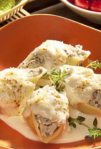 Conchas Rellenas de Pollo y Queso con Salsa Bechamel
