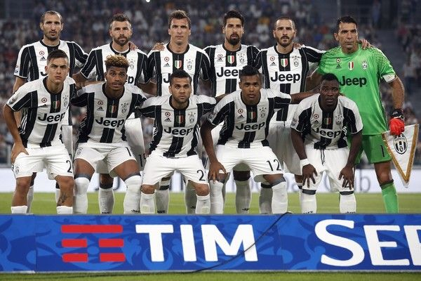 Juventus' players pose for a picture prior to the Italian Serie A football match…