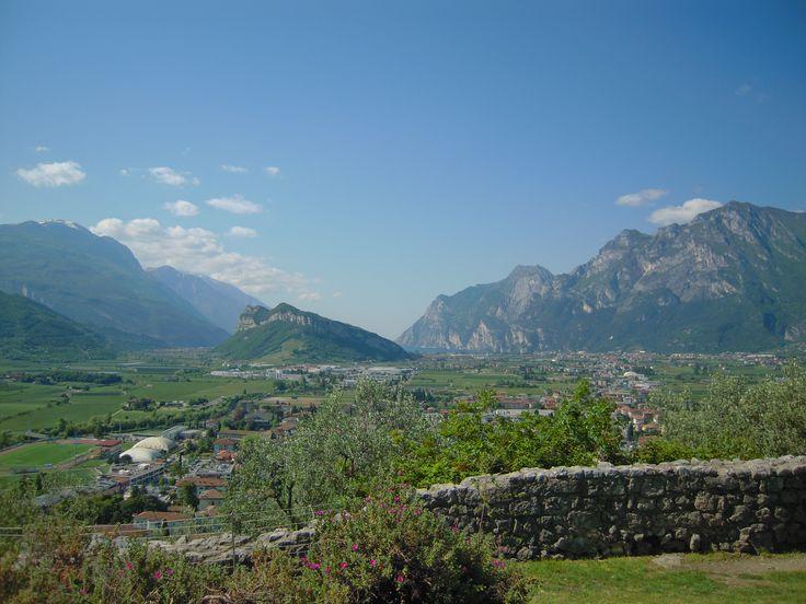 Ecco cosa si vede dal castello di Arco: il lago di Garda, Riva del Garda e le montagne intorno