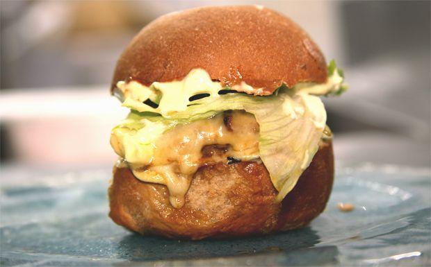 Hamburguer com queijo gouda e maionese de wasabi - Receitas - GNT
