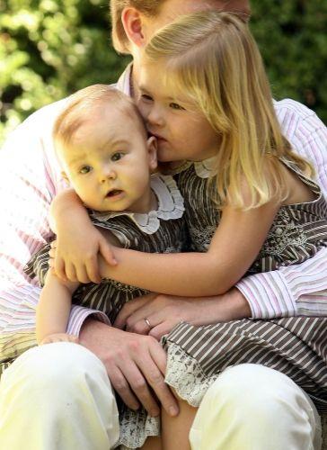 Pappa W-Alexander met 2 van zijn dochtertjes op schoot de prinsessen Ariane met haar grote zus Amalia (NL)