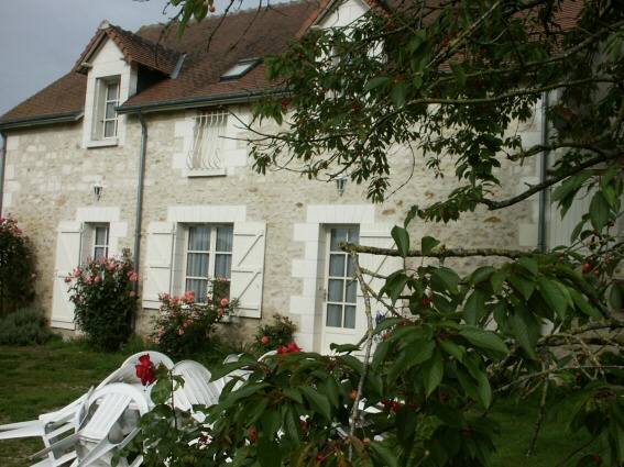 L'Ebeaupinaye : located in the heart of the countryside, near the Loches forest, this former restored barn (producting cereal, cattle, poultry) will allow you to spend a nice stay with your family or yours friends. It have 5 rooms to reveive 10 people.