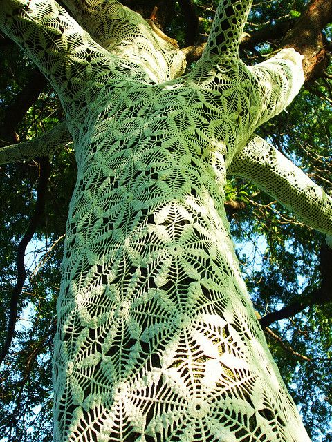 Brilliant yarn bombing idea: Cozy covered tree