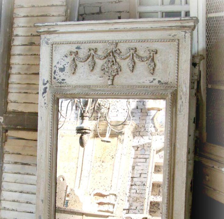 Spegel med Fransk dekor i färgen antikvit. Vacker lantlig spegel i klassisk  gustaviansk stil med lyxig herrgårdskänsla.       Mått:  160x75cm  Material: Trä