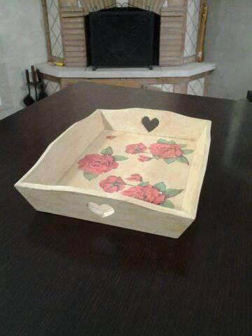 Vassoio in legno con cuori intagliati, effetto crackele e rose rosse di ValeDecoHandmade su Etsy - €15
